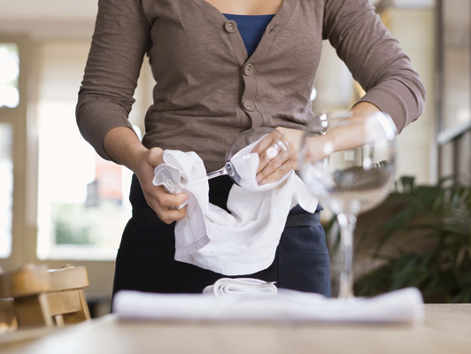 woman_cleans_glass