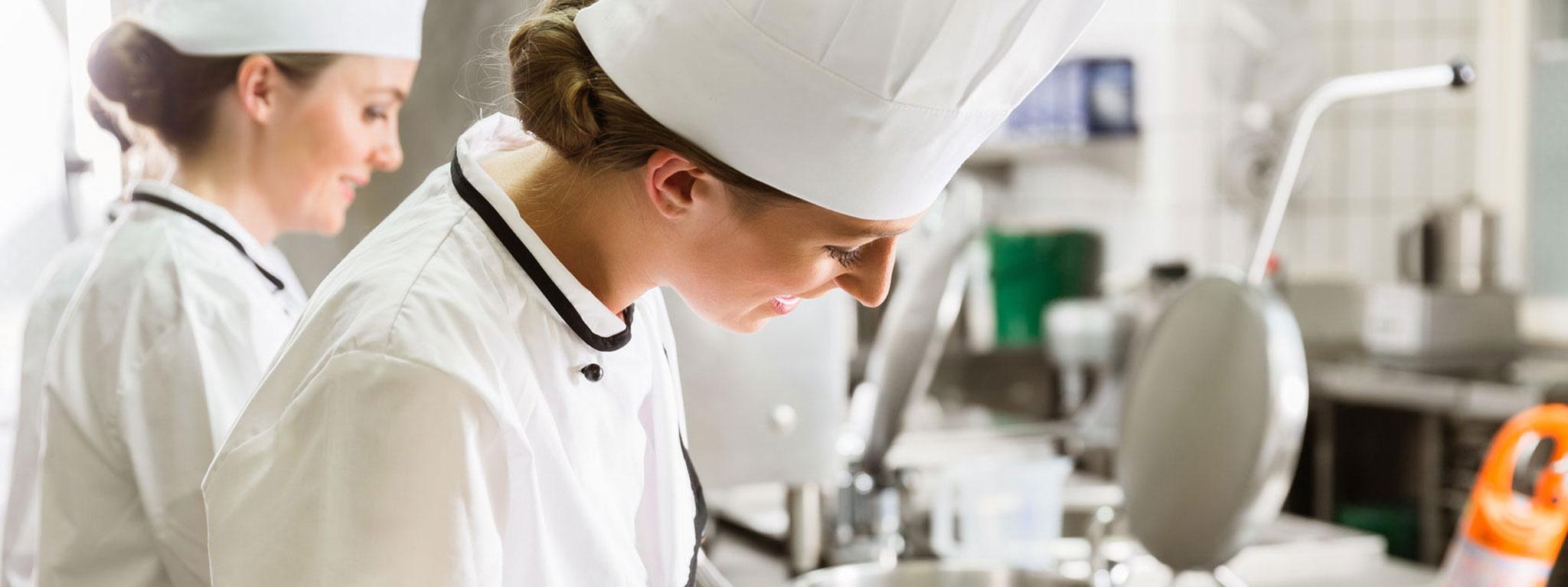 Köchin bei der arbeit  KÖCHIN/KOCH – Exzellente Ausbildung